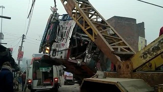 कौशाम्बी में रेत भरे ट्रक के पलटने से कार में सवार आठ लोगों की मौत