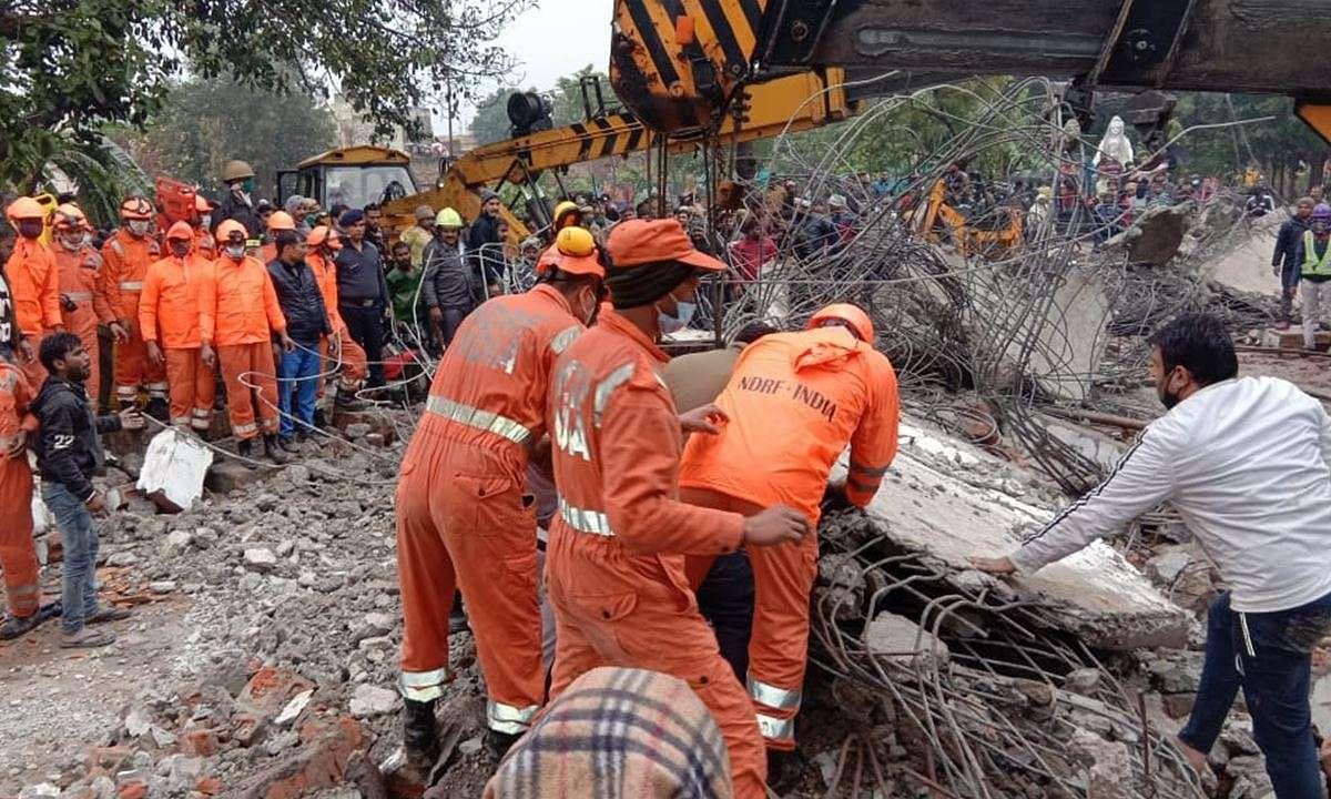 गाजियाबाद जिले के मुरादनगर में श्मशान घाट के प्रवेश द्वार के साथ बने गलियारे की छत गिरने से मलबे में दबकर 24 लोगों की मौत हो गई