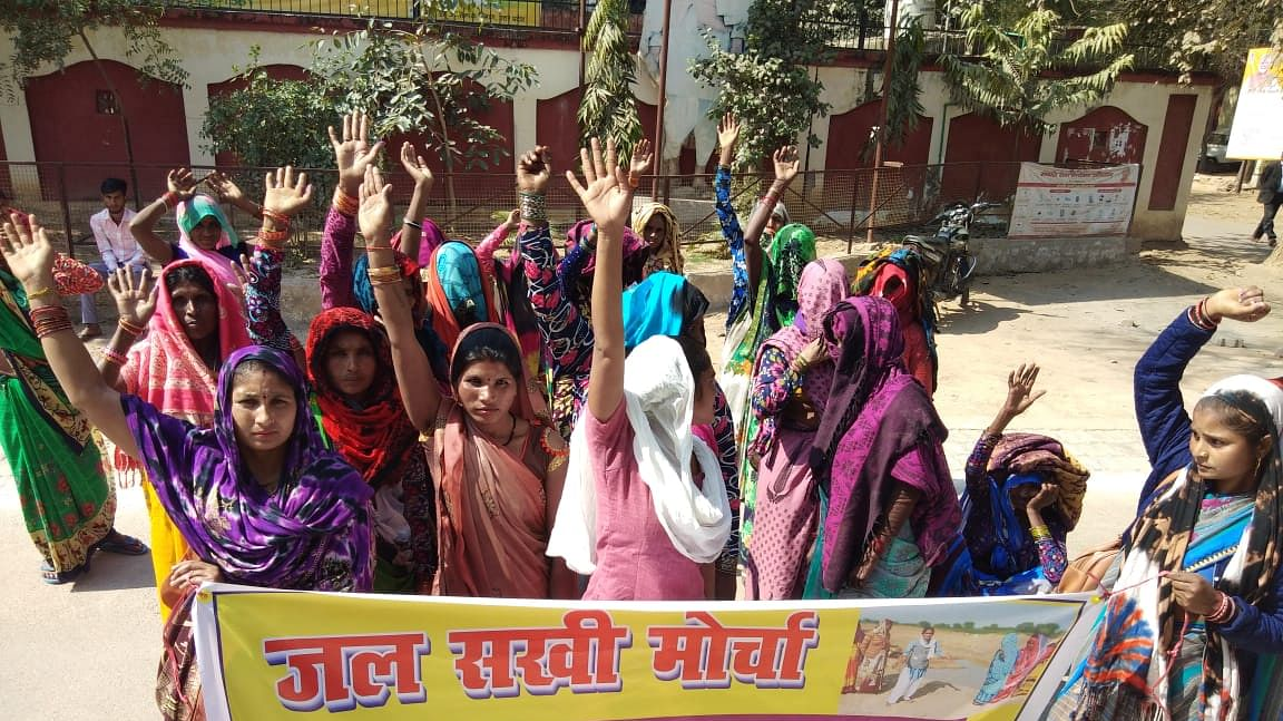 बुंदेलखंड में महिलाओं ने उठाया जल जंगल जमीन का मुद्दा, जल सखी कर रहीं है आंदोलन