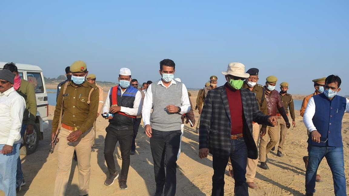 बाँदा जिले के बेंदा घाट में जिलाधिकारी का छापा, खनन मफियाओं में मचा हड़कंप