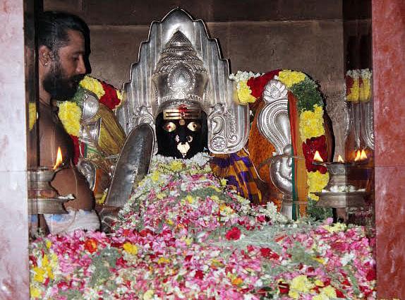 புன்னைநல்லூர் மாரியம்மனுக்கு பூச்சொரிதல்..!