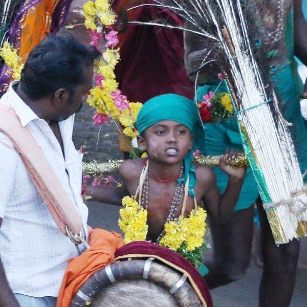 தோளில் `காவடி'... வாயில் `அலகு'... திருச்செந்தூருக்கு படை எடுக்கும் பாதயாத்திரை பக்தர்கள்
