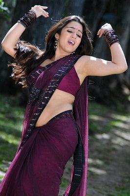 நடிகை சார்மியின் இடுப்பை கிள்ளிய ரசிகருக்கு தர்ம அடி!