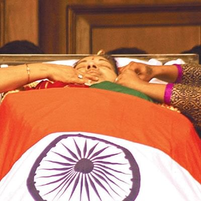 சிம்ம வாகனத்தில் உடல்... கார்டனில் டை... சமாதியில் அப்போலோ!