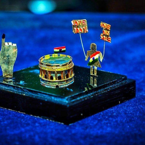"""``1 கிராம் தங்கத்தில் நாடாளுமன்றக் கட்டட வடிவமைப்பு!"""" - சிதம்பரம் இளைஞரின் சாதனை விழிப்புணர்வு"""