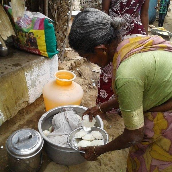 'ஒரு இட்லி ரெண்டு ரூவா!' - தெருத்தெருவாய் இட்லி விற்கும் சேலம் பாட்டி