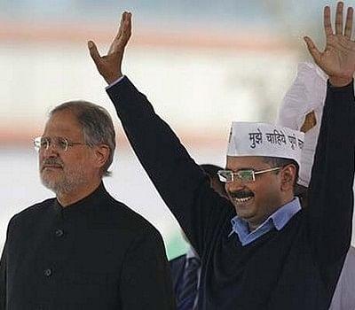 டெல்லி ஆளுநர் - கெஜ்ரிவால் மோதலால் மாறி மாறி பந்தாடப்படும் அதிகாரிகள்!