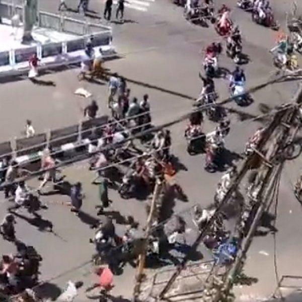 சிக்னலை தாண்டிய அந்த நிமிடம்! - கேரளாவில் போராட்டக்காரர்களை தெறிக்கவிட்ட பொதுமக்கள்! #ViralVideo