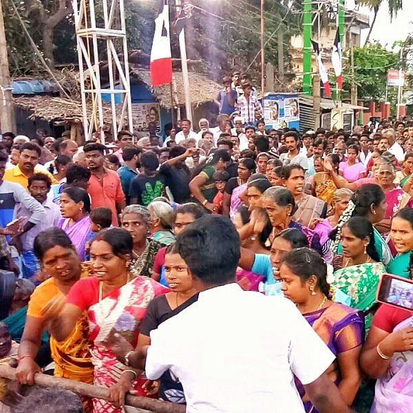 'அரசியல் பேசாதீர்கள்; வந்த வேலையைப் பாருங்கள்!'-அ.ம.மு.க ஆர்ப்பாட்டத்தில் சலசலப்பு