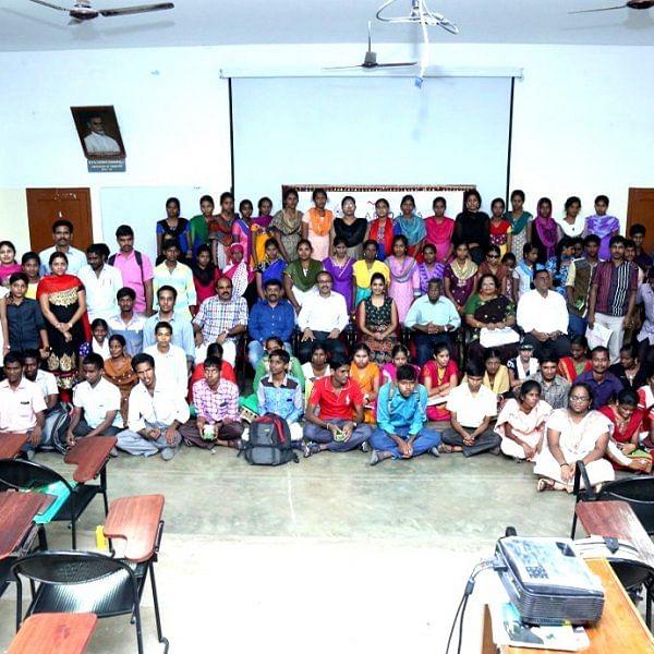 'காக்கிக்குள் புதைந்திருக்கும் ஈர மனசு' - 16 டாக்டர்கள், 105 பட்டதாரிகளை உருவாக்கிய இன்ஸ்பெக்டர் டீம்!
