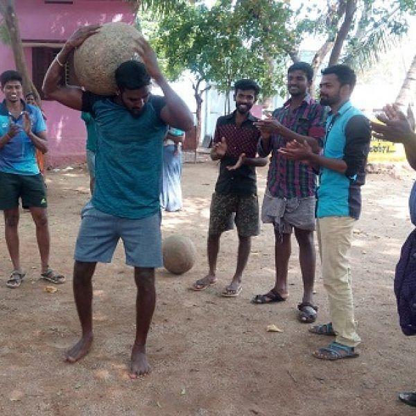 'பொங்கல் பண்டிகைக்காக இளவட்டக்கல் தூக்கும் பயிற்சி!' - ஆர்வத்துடன் பங்கேற்கும் பெண்கள்