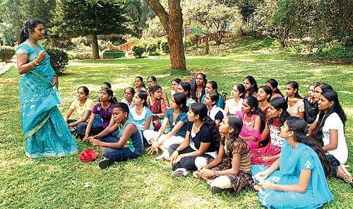 கல்யாணி டீச்சருக்காக காத்திருக்கும் க்யூ !
