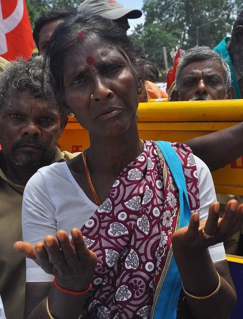 '17 வருஷம் வேலை; ரூ.3,200 சம்பளம்'- மனக்குமுறலில் துப்புரவுப் பணியாளர்கள்