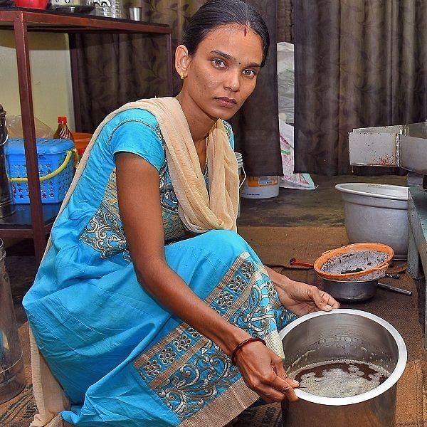 படித்தது ஆசிரியை ஆக... செய்வது மரச் செக்கு எண்ணெய் வியாபாரம்! புவனேஸ்வரியின் கதை