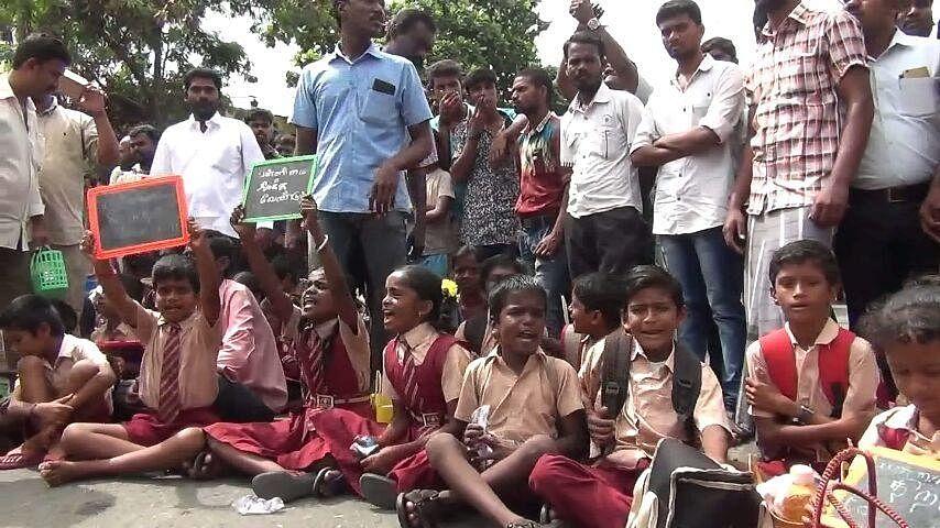 'வகுப்புக்கு வாருங்கள் ஆசிரியர்களே' -  திருப்பூரில் போராட்டத்தில் ஈடுபட்ட பள்ளிக் குழந்தைகள்