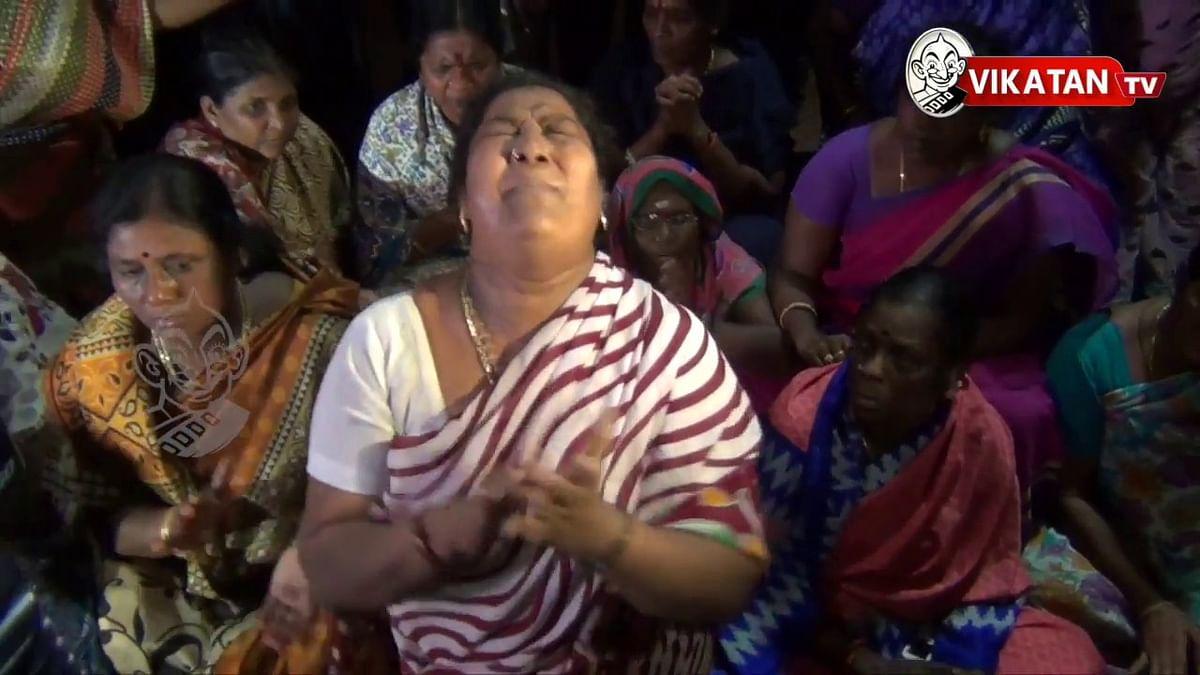 Jayalalithaa suffers cardiac arrest, AIADMK cadres in Apollo