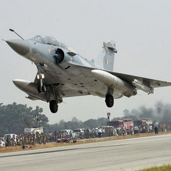 பைபாஸ் ரோட்டில் சுக்கோய் ஓட்டி அசத்திய இந்திய ராணுவம்! #IAF #sukhoi