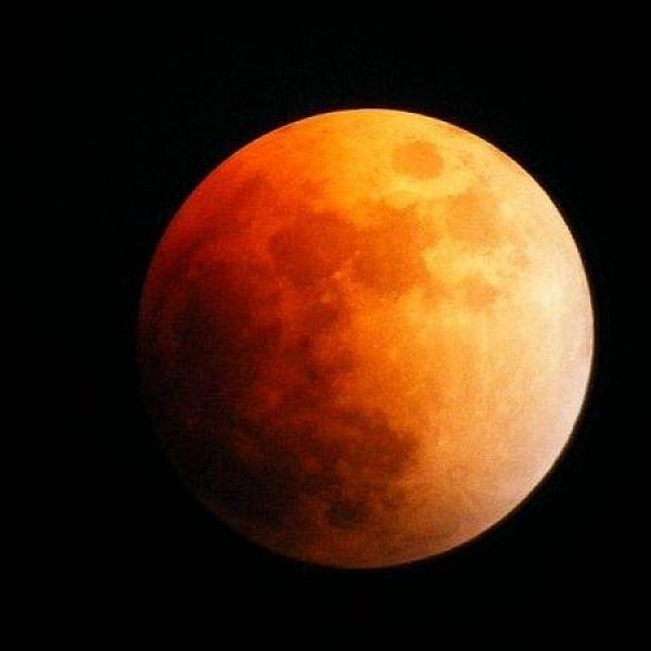 மிக நீளமான அரிய சந்திர கிரகணம்... வெறும் கண்ணால் பார்க்கலாமா, வெளியே வரலாமா?  #LunarEclipse