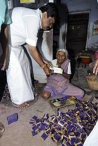 அம்மாவின் ஆணைப்படி 92 வயது எம்.ஜி.ஆர். ரசிகைக்கு உதவித்தொகை!