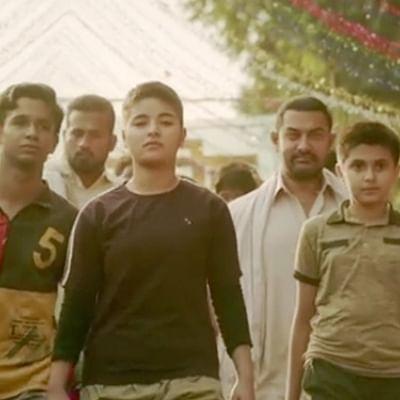 'நீ என் ரோல் மாடல்!' கலங்கிய 'டங்கல்' சிறுமியை ஆதரித்த அமீர்கான்!
