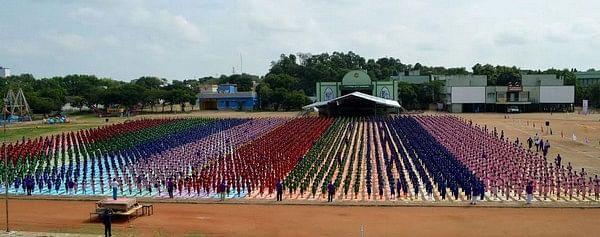 கின்னஸ் சாதனைக்காக 4,000 மாணவர்கள் பங்கேற்ற பிரம்மாண்ட யோகா நிகழ்ச்சி! (படங்கள்)