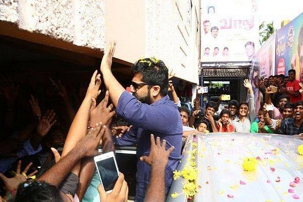 காசி தியேட்டரில் சிம்பு... வாலு திரைப்படம் வெளியானது!