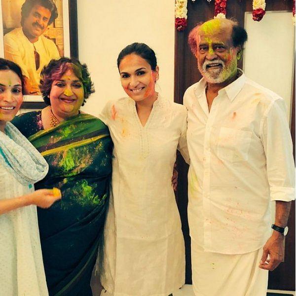 குடும்பத்துடன் ஹோலி கொண்டாடிய ரஜினிகாந்த்!