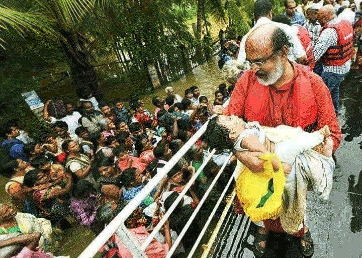 பச்சிளம் குழந்தையைத் தூக்கி உற்றுநோக்கிய அமைச்சர்... கேரளாவில் நடந்த நெகிழ்ச்சி சம்பவம்