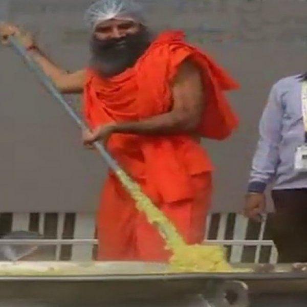 கின்னஸ் சாதனைக்காக 800 கிலோ கிச்சடி! -  ராம்தேவ் கைப்பக்குவத்தில் தயார்