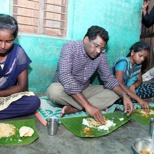 ``சாப்டீங்களான்னு கேட்கக் கூட ஆள் இல்ல! '' - கதறிய பெண்ணின் குடும்பத்துடன் உணவருந்திய கலெக்டர்