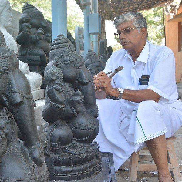 32 வகையான விநாயகர் சிலைகள்… மாமல்லபுரம் சிற்பி அசத்தல்!