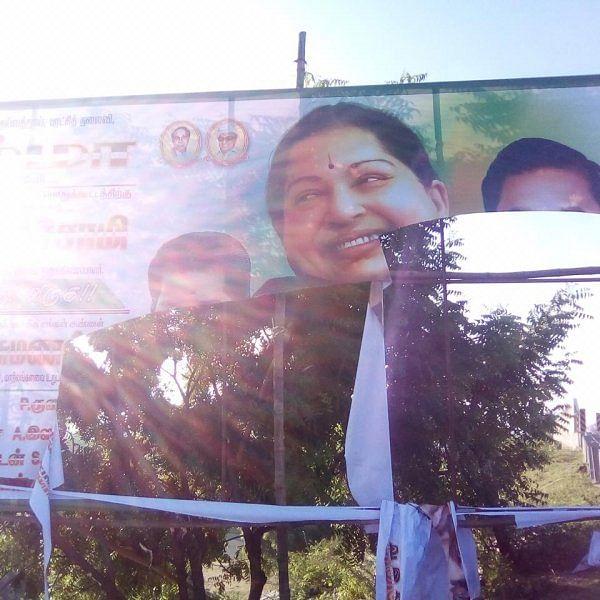 """""""கிழிக்கப்பட்ட ஓ.பி.எஸ் பேனர்!""""- கொந்தளித்த விழுப்புரம் அ.தி.மு.க."""