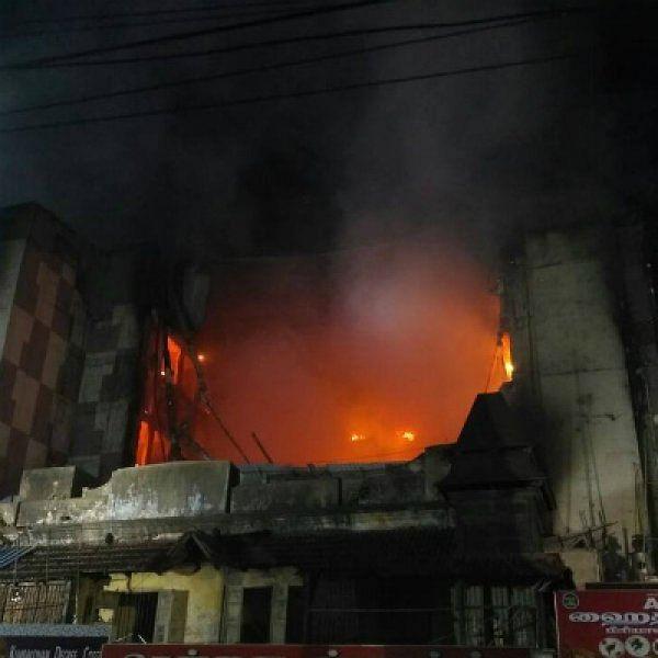 சென்னை சில்க்ஸ் தீ விபத்து... ஒரு பகுதி கட்டடம் இடிந்தது!