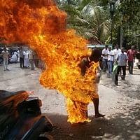 தீக்குளித்த பிக்குவின் காட்சியை வீடியோவில் எடுத்த செய்தியாளர் கைது