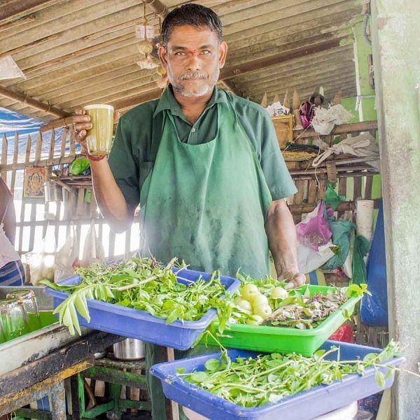 கரும்பு ஜூஸுடன் 37 வகை மூலிகைச் சாறுகளைக் கொடுக்கும் வியாபாரி! படையெடுக்கும் வாடிக்கையாளர்கள்