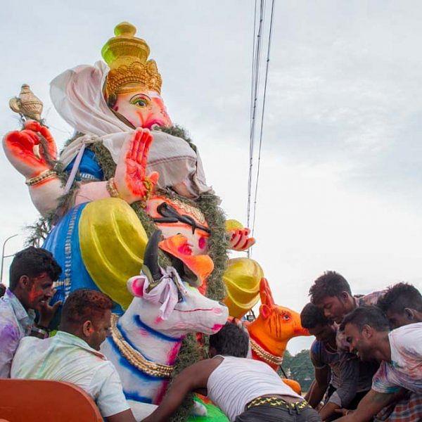திருச்சி காவிரி ஆற்றில், விநாயகர் சிலைகள் கரைக்கும் காட்சி... படங்கள் - தே.தீட்ஷித்