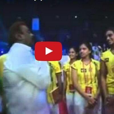 மும்பையில் வேட்டியில் அசத்திய விஜயகாந்த் (வீடியோ)