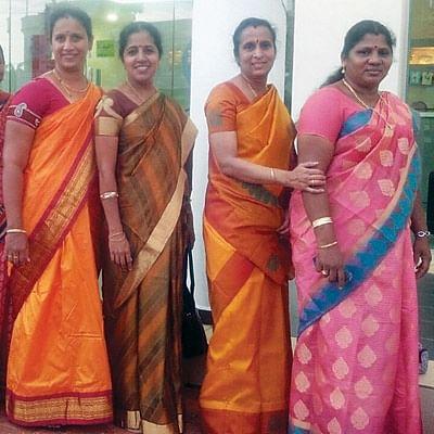 அம்மாக்கள் - மகள்கள்  இணைந்து அசத்தும் பஜனை டீம்!