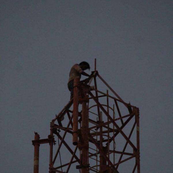 காதல் தோல்வி - குடிபோதையில் செல்போன் டவர் மீது ஏறி போராட்டம் நடத்திய வாலிபர்!