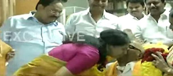 மகளின் கன்னத்தில் அன்பு முத்தமிட்ட கலைஞர் கருணாநிதி! #kalaignar