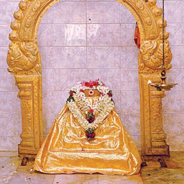 பக்தர்களின் நன்மைக்காக - கரகம் சுமக்கும் மலையரசி அம்மன்!