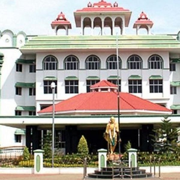 '11-ம் வகுப்பில் பொதுத்தேர்வு வேண்டாம்'... உயர் நீதிமன்றத்தில் மனு!