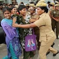 கோவை: மனு கொடுக்க வந்த மாணவர்கள் மீது போலீஸ் தடியடி!