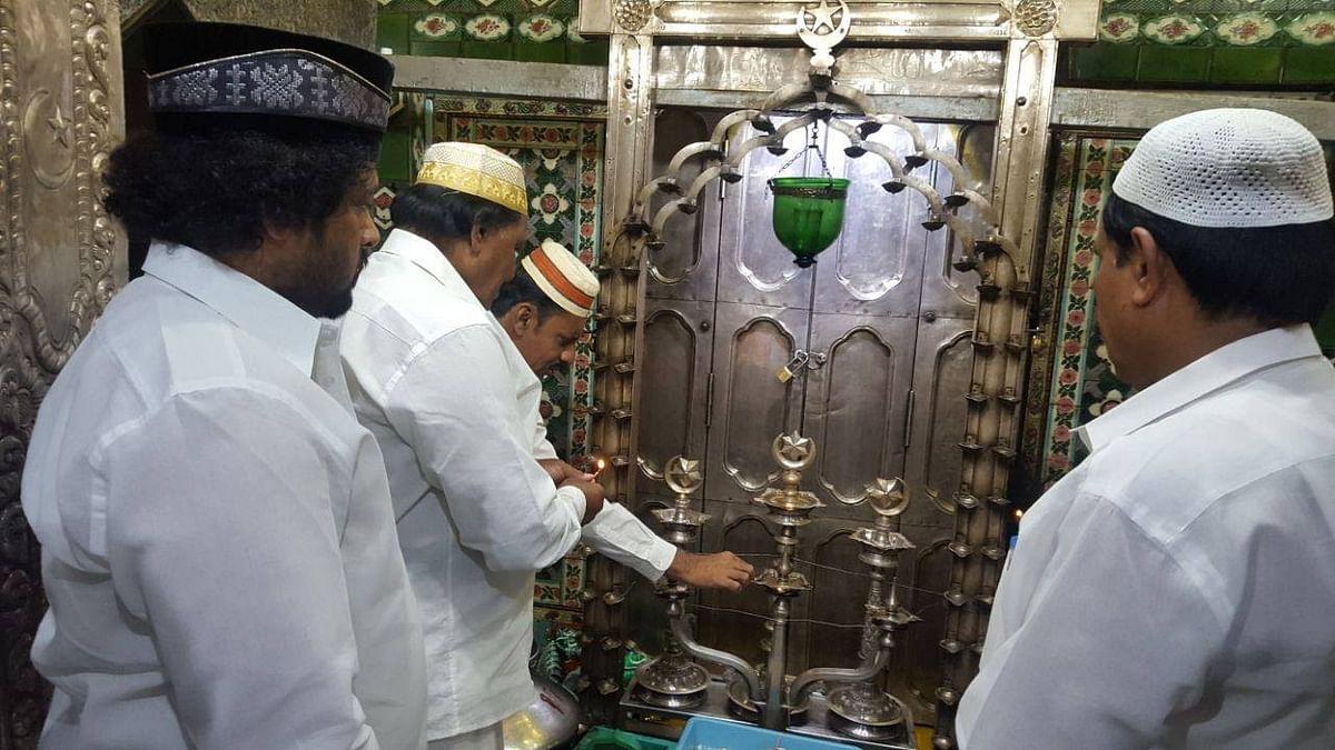 முதல்வர் பழனிசாமி ஆட்சித் தொடர நாகூரில் சிறப்புத் தொழுகை!