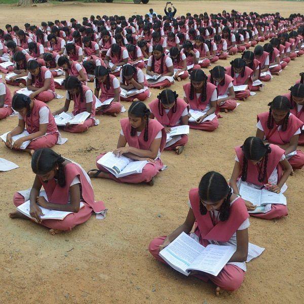 'உங்களுக்கு பிடித்த புத்தகத்தை வாசியுங்கள்!'- கல்வி அதிகாரி உத்தரவால் மாணவர்கள் மகிழ்ச்சி
