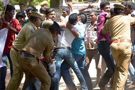 போலீசார் -  இந்திய மாணவர் சங்கத்தினரிடையே மோதல்!