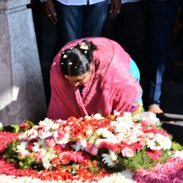 ஜெயலலிதா சமாதியில் தீபா! தலைவணங்கி மரியாதை