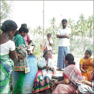 வேதனை - விவசாய நிலத்தில் பெண்கள்