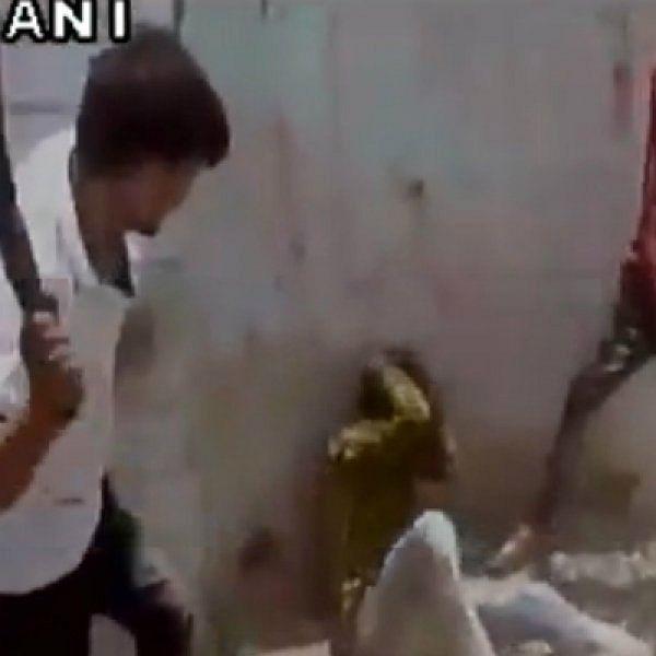 அப்பாவி இளைஞர் மீது கொடூரத் தாக்குதல்... பசு காவலர்கள் அராஜகம்!