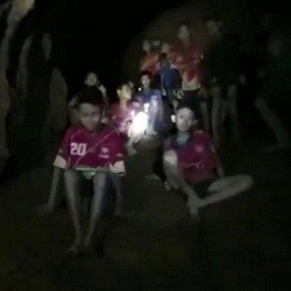 'இறுதி ஆட்டத்தைக் காண நிச்சயம் வருவார்கள்!' - குகையில் சிக்கிய சிறுவர்களுக்காகக் கலங்கும் ஃபிஃபா